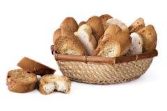Uma cesta com diversas fatias de pão brindado Fotografia de Stock Royalty Free