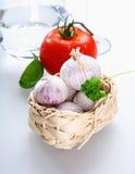 Uma cesta com tomate e alho Imagem de Stock Royalty Free