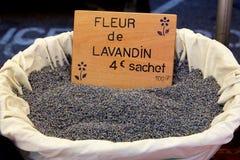 Uma cesta da alfazema em um mercado francês imagem de stock royalty free