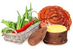 Uma cesta da cebola, pimenta vermelha, salsicha, queijo Fotos de Stock Royalty Free