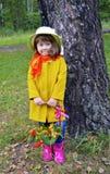 Uma cesta da flor superior da pessoa do verde da planta da árvore dos povos da grama da mola do retrato da beleza da infância da  Fotos de Stock