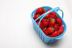 Uma cesta das morangos imagens de stock