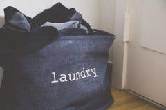 Uma cesta de lavanderia na sala de visitas imagens de stock