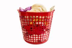 Uma cesta de lavanderia vermelha imagens de stock royalty free