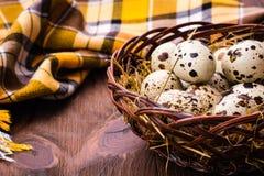 Uma cesta de ovos e de guardanapo de codorniz imagens de stock