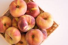 Uma cesta de pêssegos da videira, igualmente sabe como pêssegos da filhós Fotos de Stock Royalty Free