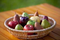 Uma cesta do fruto com maçãs e peras imagens de stock royalty free
