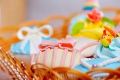 Uma cesta dos queques Imagens de Stock