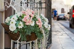 Uma cesta floral na rua Fotografia de Stock