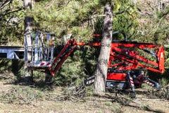Uma cesta seguida para jardineiro Plataforma de trabalho aéreo móvel imagem de stock royalty free