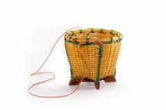 Uma cesta vazia em um fundo branco fotografia de stock royalty free