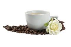Uma chávena de café com o branco cor-de-rosa e feijões isolados Fotos de Stock Royalty Free