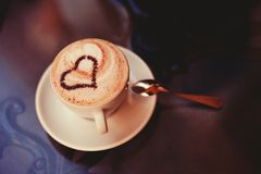 Uma chávena de café com teste padrão do coração Imagens de Stock