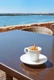 Uma chávena de café com uma vara Canela. Imagem de Stock