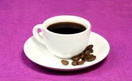 Uma chávena de café e feijões Imagem de Stock