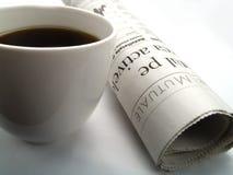 Uma chávena de café e um jornal fotos de stock royalty free