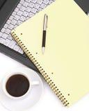 Uma chávena de café em um portátil Fotografia de Stock