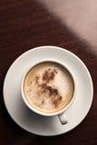 Uma chávena de café em uma opinião de tampo da mesa de madeira Foto de Stock Royalty Free