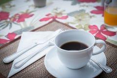 Uma chávena de café em uma tabela Fotos de Stock Royalty Free