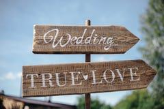 Uma chapa de madeira com a inscrição que pendura na árvore na floresta Fotos de Stock Royalty Free