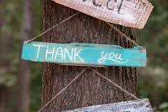 Uma chapa de madeira com a palavra - obrigado fotografia de stock royalty free