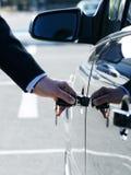 Uma chave ao carro novo imagens de stock