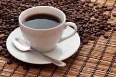 Copo e feijões de café Fotos de Stock