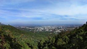 Uma cidade da vista no vale do monte foto de stock royalty free