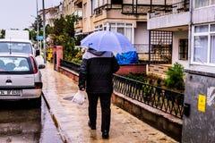 Uma cidade do verão em um dia chuvoso Imagens de Stock Royalty Free