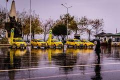 Uma cidade do verão em um dia chuvoso Fotos de Stock