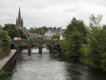 Uma cidade e um rio irlandeses Fotografia de Stock