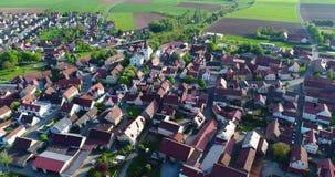 Uma cidade europeia pequena com uma igreja no centro, arquitetura europeia, vila europeia video estoque