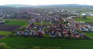 Uma cidade europeia pequena com uma igreja no centro, arquitetura europeia, uma vila europeia filme