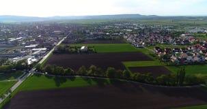 Uma cidade europeia pequena com uma igreja no centro, arquitetura europeia, uma vila europeia video estoque