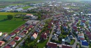 Uma cidade europeia pequena com uma igreja no centro, arquitetura europeia, uma vila europeia vídeos de arquivo