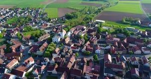 Uma cidade europeia pequena com uma igreja no centro, arquitetura europeia, vila europeia vídeos de arquivo