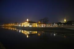 Uma cidade holandesa na noite Fotos de Stock Royalty Free