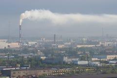 Uma cidade industrial no fumo Fotos de Stock Royalty Free