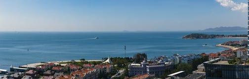 Uma cidade litoral, Qingdao, China foto de stock royalty free