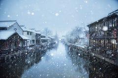 Uma cidade nevado pequena Foto de Stock