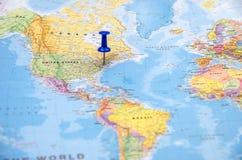 Uma cidade nos E.U., marcados no mapa do mundo imagens de stock