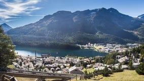 Uma cidade pequena em uma costa do lago da montanha Fotos de Stock
