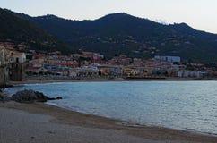 Uma cidade pequena na costa do mar Cefalu é ficado situado entre o mar e as montanhas Cefalu sicília Italy Imagem de Stock Royalty Free