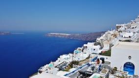 Uma cidade que negligencia o mar em Santorini, Grécia fotos de stock royalty free