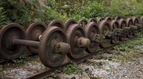 Uma coleção das rodas rejeitadas velhas do trem Imagens de Stock Royalty Free