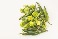 Uma coleção de chilis verdes, Fotos de Stock Royalty Free
