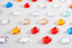 Uma coleção de pedras lapidadas diferentes em um fundo branco Imagem de Stock Royalty Free