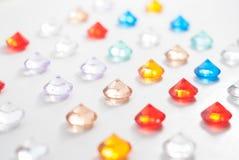 Uma coleção de pedras lapidadas diferentes em um fundo branco Fotos de Stock Royalty Free