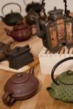 Uma coleção de teapots asiáticos Fotografia de Stock Royalty Free