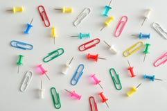 Uma coleção dos clipes de papel e dos pinos do impulso Foto de Stock